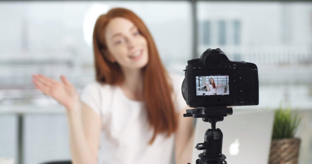 vrouw coach neemt video op videoles